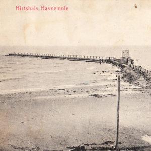 Affotograferet postkort der viser Hirtshals Havnemole